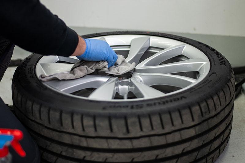 Reifen- und Felgenreinigung